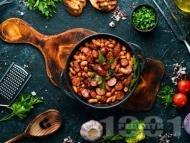 Рецепта Печен боб на фурна с кълцана наденица, чушки и домати
